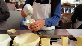 Marché de Maisons-Laffitte - le crémier versant la crème - le 11-03-17