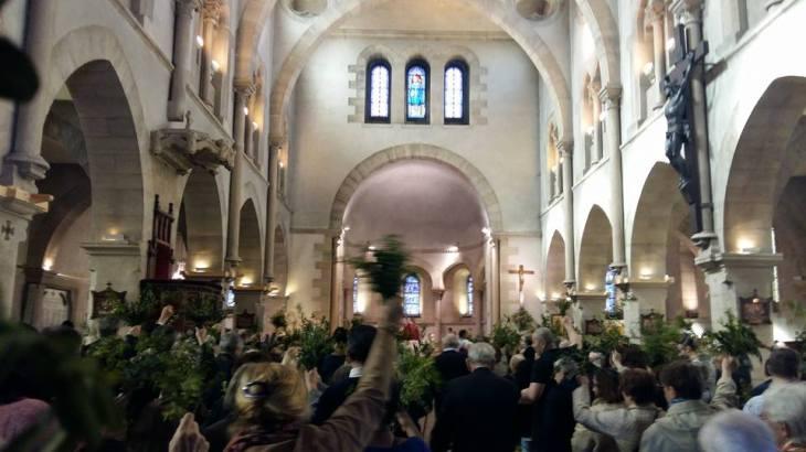 170409 Dimanche des Rameaux - la foule et son buis dans l'église