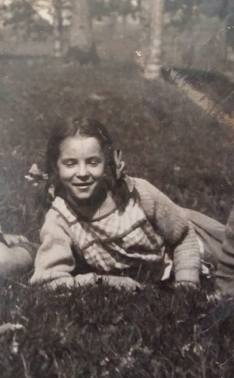 170710 Antoinette de Mathan dans l'herbe vers les 10-12 ans - Née le 10-07-1920