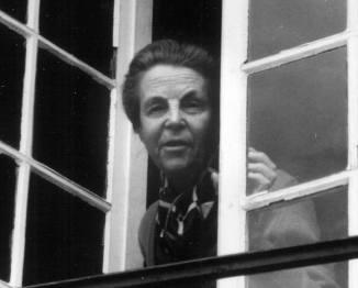 170806 Antoinette - photo noir et blanc - a la fenêtre